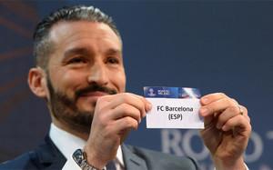 Gianluca Zambrotta en el momento de mostrar el nombre del Barça en el sorteo de los cuartos de la Champions