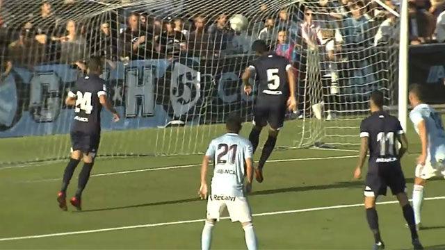 ¿El gol más absurdo del mundo? Este jugador del Lugo parecía muy convencido de que el balón iba ahí...