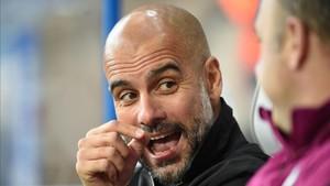 Guardiola conversa con su colaborador Rodolfo Borrell durante un partido del Manchester City