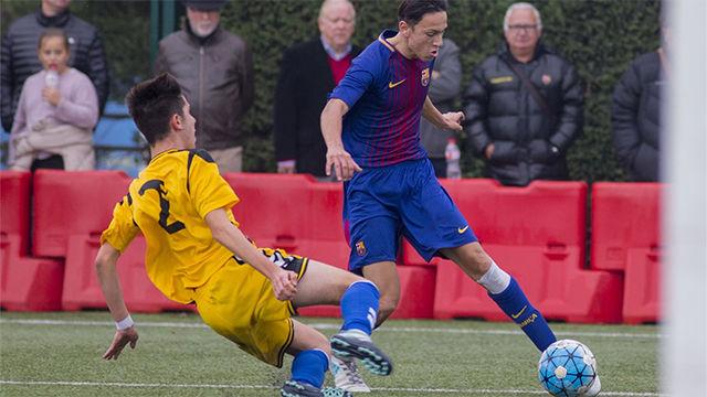Joel López asistiendo a Robert Navarro en un partido de las categorías inferiores