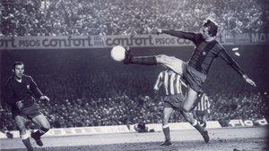 Johan Cruyff remata ante Miguel Reina su histórico gol durante el Barça-Atlético del 22 de diciembre de 1973