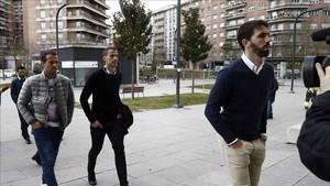 Jordi Figueras. Antonio Amaya. Ivan Amaya y Jorge Molina, acompañados de su abogado, a su llegada al Palacio de Justicia de Pamplona en 2015