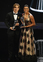 El jugador Luka Modric y la futbolista brasileña Marta posan tras ser galardonados con los premios The Best de la FIFA a mejor jugador y jugadora, respectivamente, durante la entrega de premios FIFA the Best 2018 en Londres