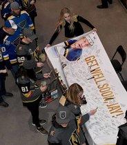 Los aficionados firman una pancarta para el defensor de los St. Louis Blues, Jay Bouwmeester, antes de un partido contra los Caballeros Dorados de las Vegas en el T-Mobile Arena en Las Vegas, Nevada.