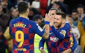 Messi, abrazado a Luis Suárez y Griezmann tras su golazo ante el Alavés