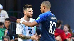 Messi y Mbappé se saludan en el Mundial de Rusia 2018