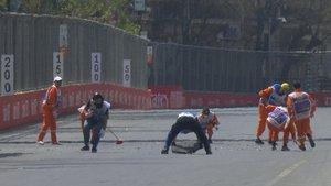 Operarios del circuito de Bakú tratando de arreglar los desperfectos de la pista