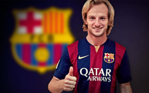 Rakitic posando con la camiseta del Barça.