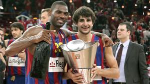 Ricky Rubio y Mickeal celebran la consecución del trofeo en 2010
