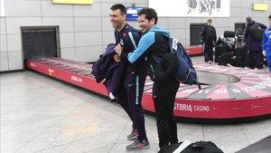 Sergio Lozano y Chicho Ibáñez (segundo entrenador de Inter), en el aeropuerto de Almaty