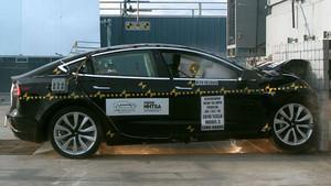Tesla Model 3 siendo sometido a las pruebas.