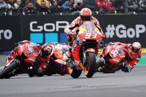 El piloto español de Moto GP Marc Marquez, del Repsol Honda Team, lidera el grupo durante la carrera de GP del Gran Premio de Motociclismo de Francia en la pista de Le Mans.