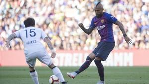Arturo Vidal intentó dar velocidad al balón con pases al primer toque