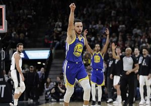 Curry celebra el triple más largo de la temporada, ante San Antonio