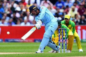 Jason Roy, de Inglaterra, batea durante la segunda semifinal de la Copa Mundial de Críquet 2019 entre Inglaterra y Australia en Edgbaston en Birmingham, Inglaterra central.