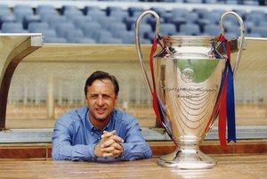 Johan Cruyff posa con el trofeo de la Copa de Europa conseguida con el FC Barcelona en la temporada 91/92