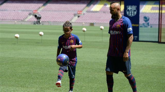Las emotivas imágenes de Arturo Vidal junto a su hijo en el Camp Nou