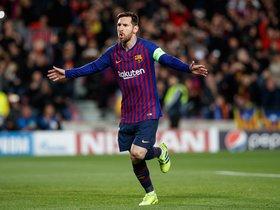Leo Messi dispara un penalty a lo Panenka para marcar el primer gol del partido de vuelta de los octavos de final de la Liga de Campeones que se juega esta noche en el Camp Nou, en Barcelona
