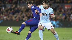 Leo Messi y Jonatan Castro durante el Barça-Celta (5-0) de la Copa del Rey 2017/18