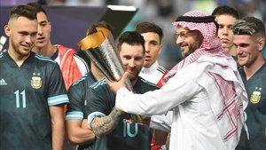 Leo Messi recoge el trofeo como ganador del duelo ante Brasil