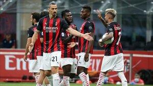 Los jugadores del Milan se felicitan tras marcar un gol en una imagen de archivo