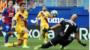 Luis Suárez se la picó a Dmitrovic, pero no valió