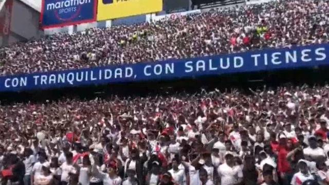 Miembros de barras ecuatorianas se preparan para animar desde fuera de los estadios