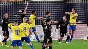 Mingueza se quejó de una falta recibida en la jugada del gol