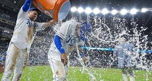 Nicky Lopez de los Kansas City Royals recibe la ducha de la victoria después de vencer a los Texas Rangers en el Kauffman Stadium onen Kansas City, Missouri.