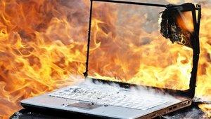 Un ordenador en llamas