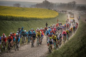 El pelotón durante uno de los tramos de adoquín de la 117th Paris Roubaix.