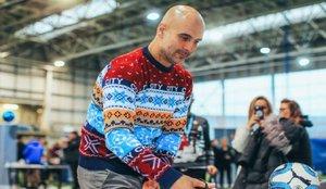 Pep Guardiola se viste de Navidad para repartir regalos
