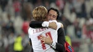 Rakitic y Emery abrazándose en su etapa en el Sevilla