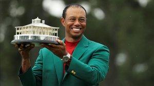 Tiger, feliz con su chaqueta verde y el trofeo de campeón