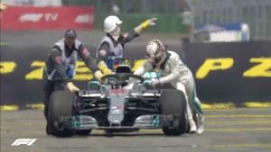 Hamilton, empujando su Mercedes