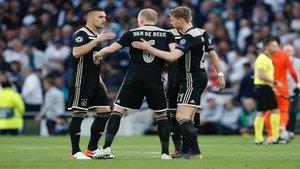 Un aficionado del Ajax le cambia las letras de patrocinio a un hincha dormido del Tottenham | El Bocón