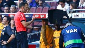 El árbitro anuló el gol de Nyom tras visionar el VAR