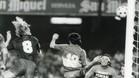 Bernd Schuster anota el 5-0 de cabeza ante la mirada impotente de Gatti