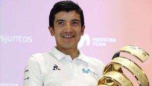 Carapaz sostiene el trofeo Senza Fine al ganador del Giro 2019