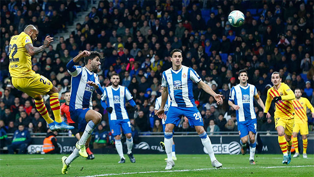 El espectacular pase con el exterior de Suárez que aprovechó Vidal para la remontada del Barça en Cornellà
