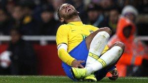 Imagen de archivo de Neymar en el suelo