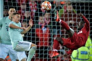 Joshua Kimmich (i) del Bayern en acción ante Sadio Mane (d) de Liverpool, este martes durante un partido de ida de la ronda 16 de la Liga de Campeones de la UEFA entre el Liverpool FC y el FC Bayern de Múnich, en el Anfield de Liverpool