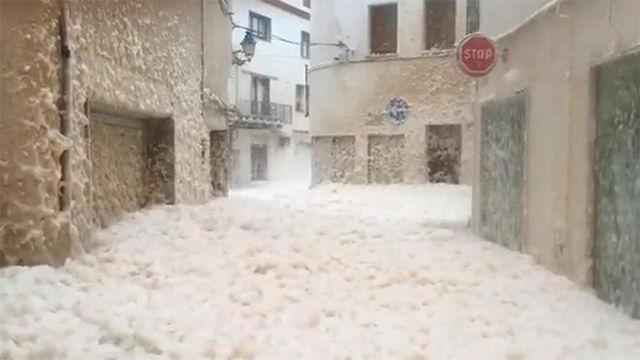 Las calles de Tossa de Mar, cubiertas de espuma a causa del fuerte oleaje