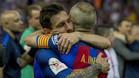 Leo Messi y Andrés Iniesta se felicitan tras ganar el Barça la final de la Copa del Rey 2016/17 frente al Alavés