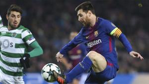 Leo Messi controla el balón durante el FC Barcelona - Sporting de la Champions 2017/18