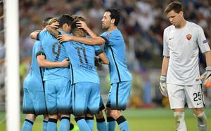 Los jugadores del FC Barcelona celebran el gol de Luis Suárez en presencia de Szczesny