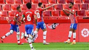 Los jugadores del Granada hacen piña tras marcar ante el Athletic