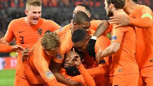 Los jugadores de Holanda hacen piña tras conseguir el 1-0