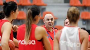Lucas Mondelo, entrenador del equipo, con sus dirigidas