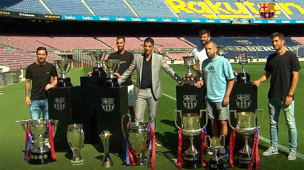 Luis Suárez posó con sus compañeros de vestuario y los 13 trofeos ganados en seis años